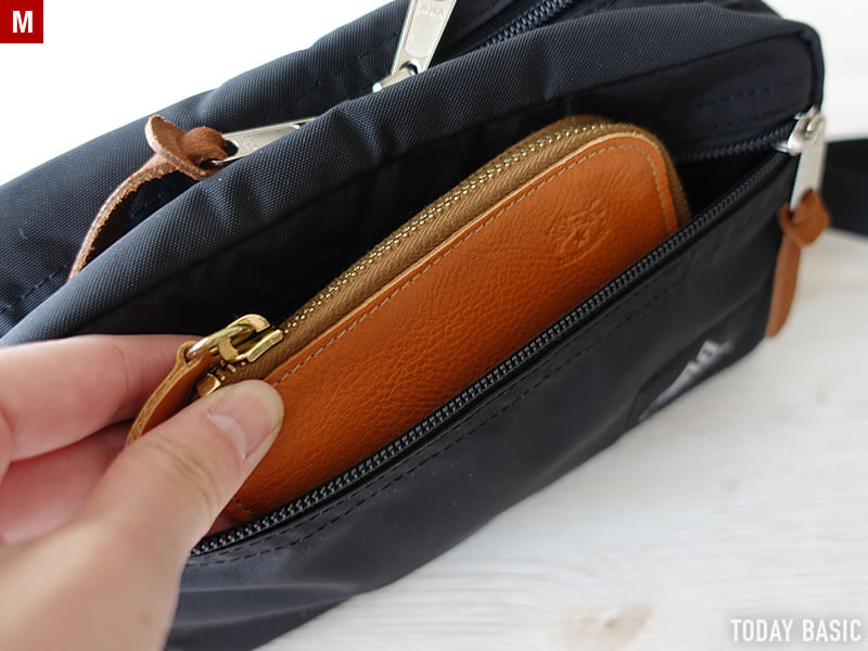 グレゴリーのパデッドショルダーポーチMにL字型ファスナー財布を収納