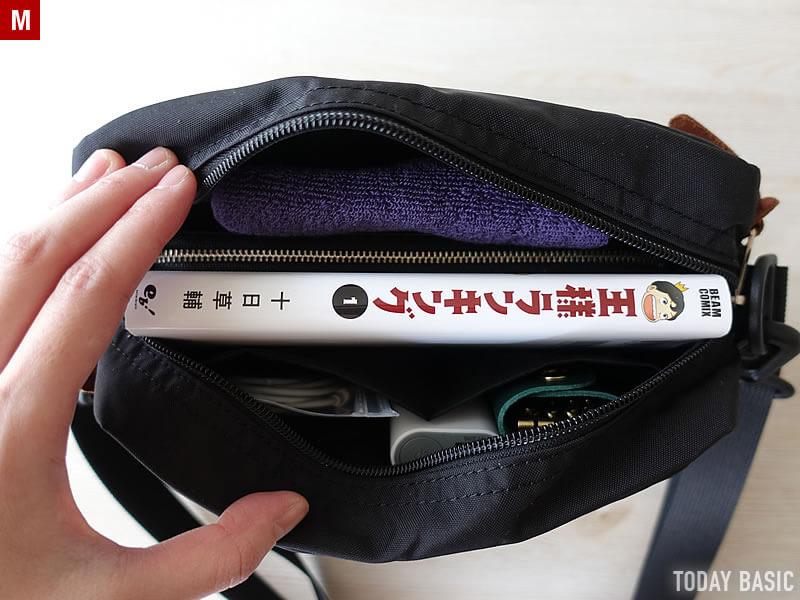 グレゴリーのパデッドショルダーポーチMに本と長財布を収納