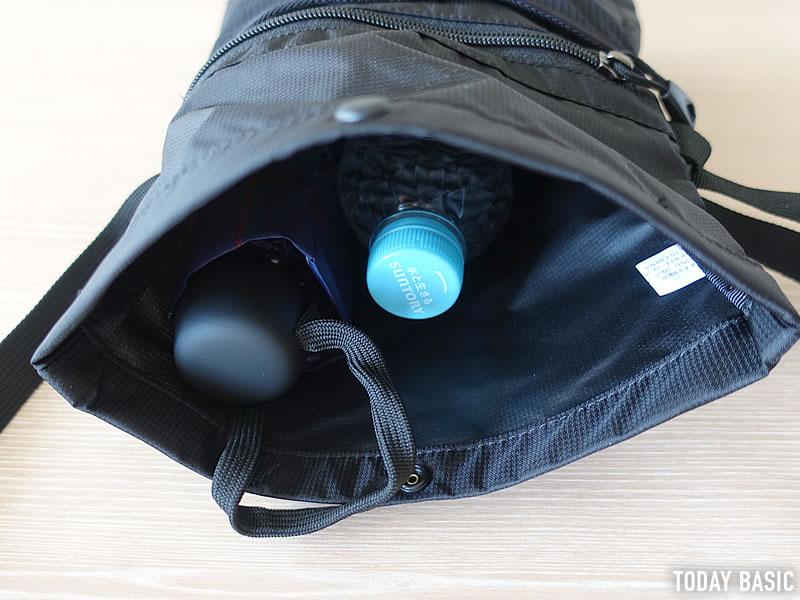カリマーのトレックキャリーサコッシュに500mlペットボトルと折りたたみ傘を収納