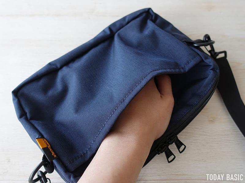 ケルティの長方形ジップショルダーバッグの背面ポケット
