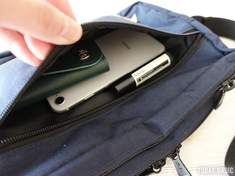 ケルティの長方形ジップショルダーバッグの前面ポケットにスマホを収納