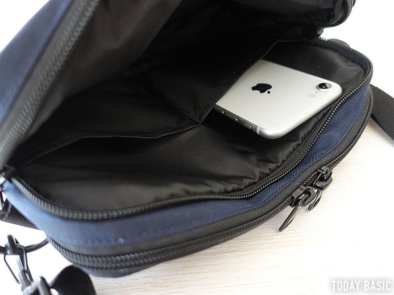 ケルティの長方形ジップショルダーバッグの内側にある仕切りポケット