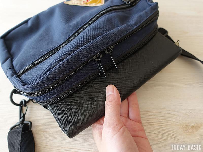 ケルティの長方形ジップショルダーバッグに長財布を収納