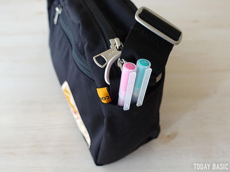 ケルティのラウンドトップショルダーバッグの両サイドポケットにペンを収納
