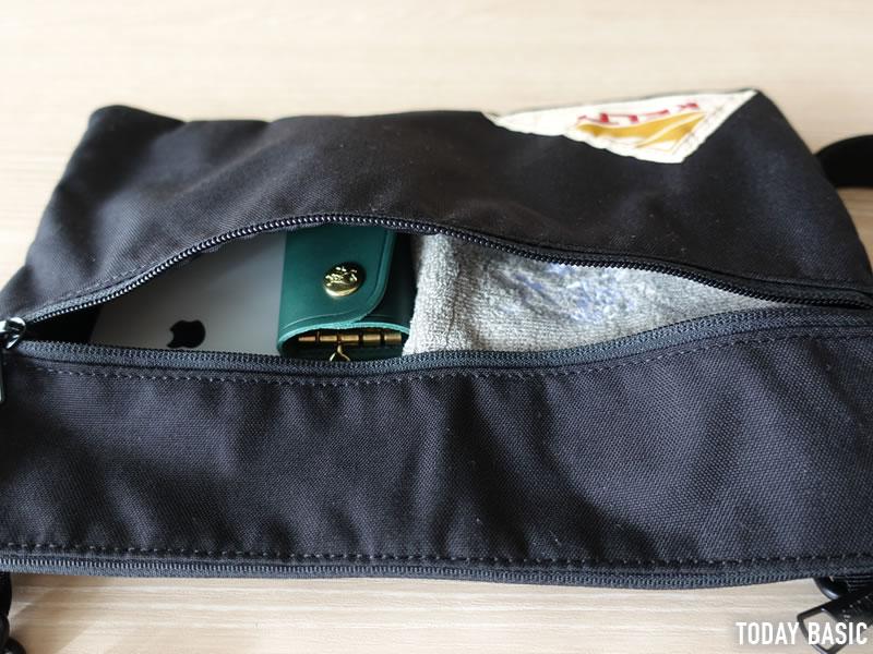 ケルティのサコッシュ・ヴィンテージ フラットポーチSMの前面ポケットにスマホやハンカチを収納