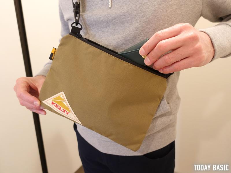ケルティのサコッシュバッグからキーケースを取り出す画像