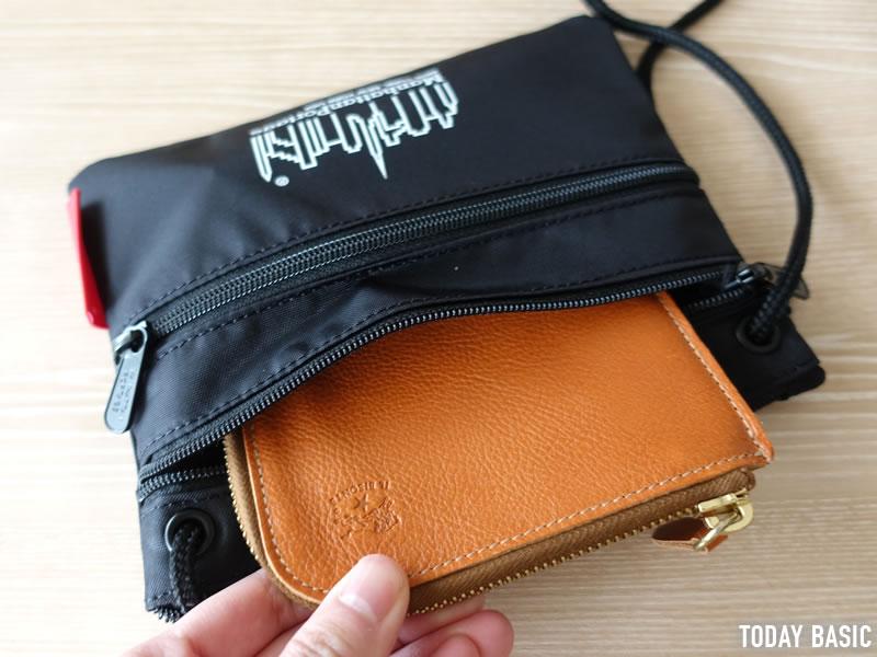 マンハッタンポーテージのサコッシュ・トリプルジッパーポーチに財布を収納