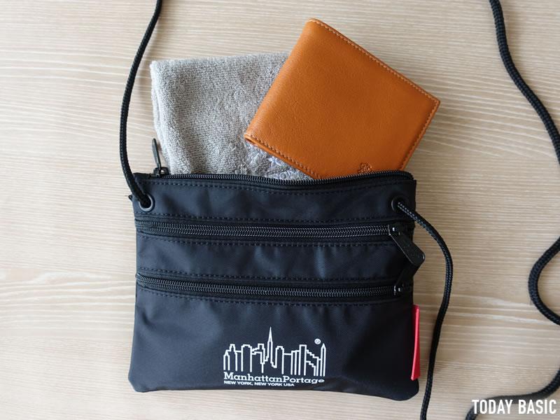 マンハッタンポーテージのサコッシュ・トリプルジッパーポーチの財布とハンカチを収納