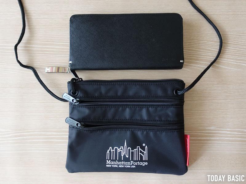マンハッタンポーテージのサコッシュ・トリプルジッパーポーチに長財布を入れようとしている画像