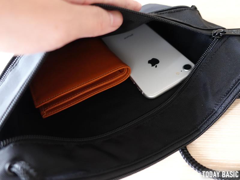 マンハッタンポーテージのサコッシュ・トリプルジッパーポーチLに財布とスマホを収納