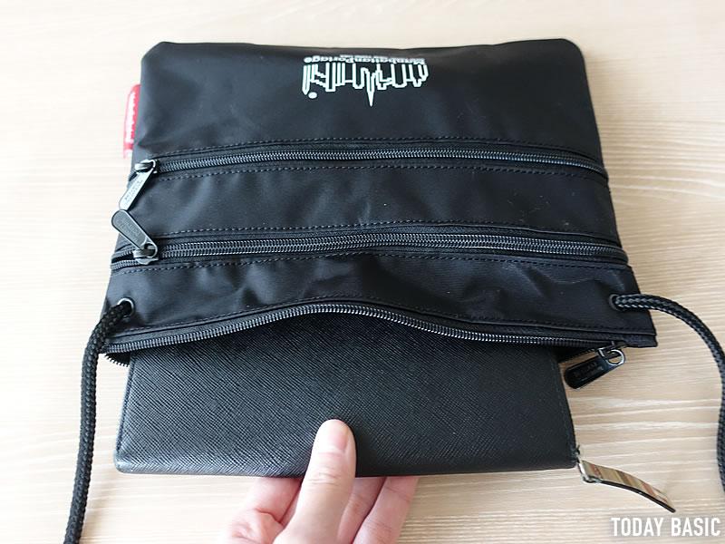 マンハッタンポーテージのサコッシュ・トリプルジッパーポーチLに長財布を収納