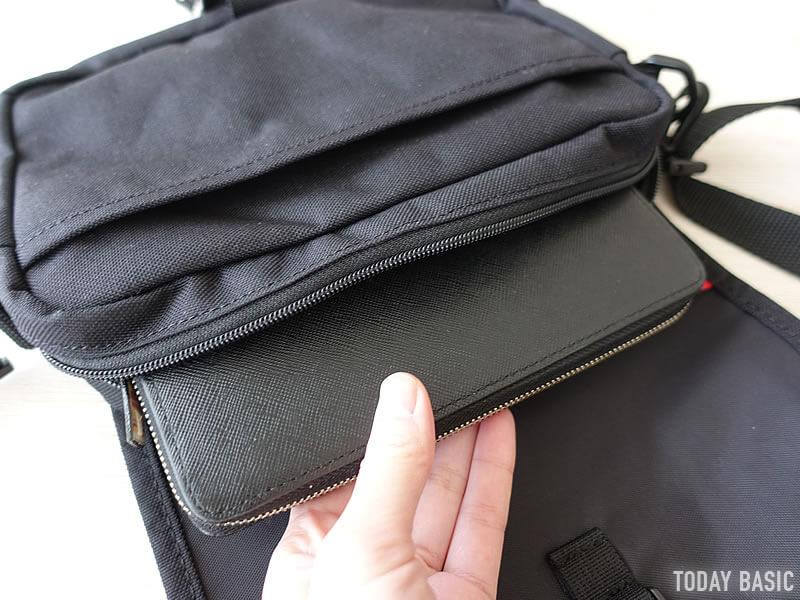 マンハッタンポーテージのファーロッカウェイバッグに長財布を収納