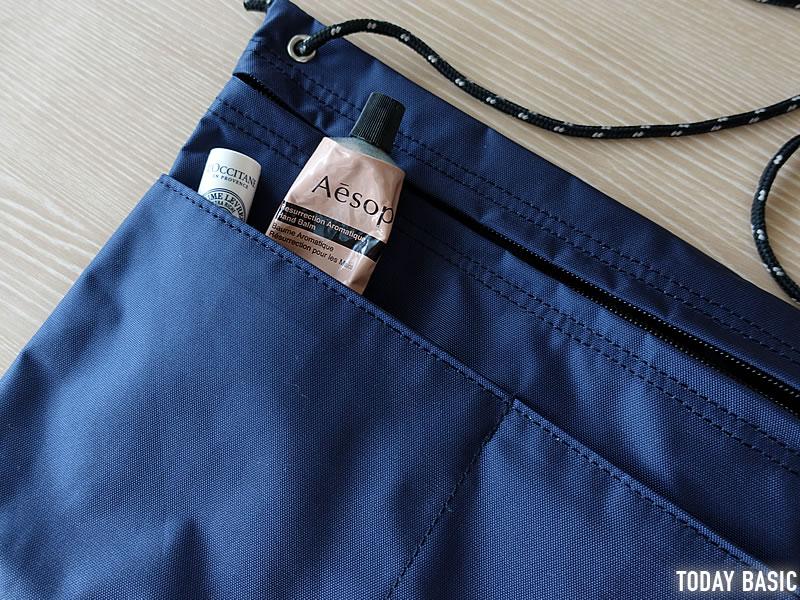 MEIのサコッシュバッグの前面ポケットにハンドクリームを収納
