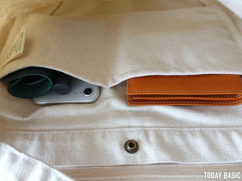 ザノースフェイスのミュゼットバッグの内側ポケットにスマホを入れた画像
