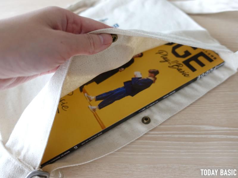 ザノースフェイスのミュゼットバッグにA4サイズの雑誌を入れる画像
