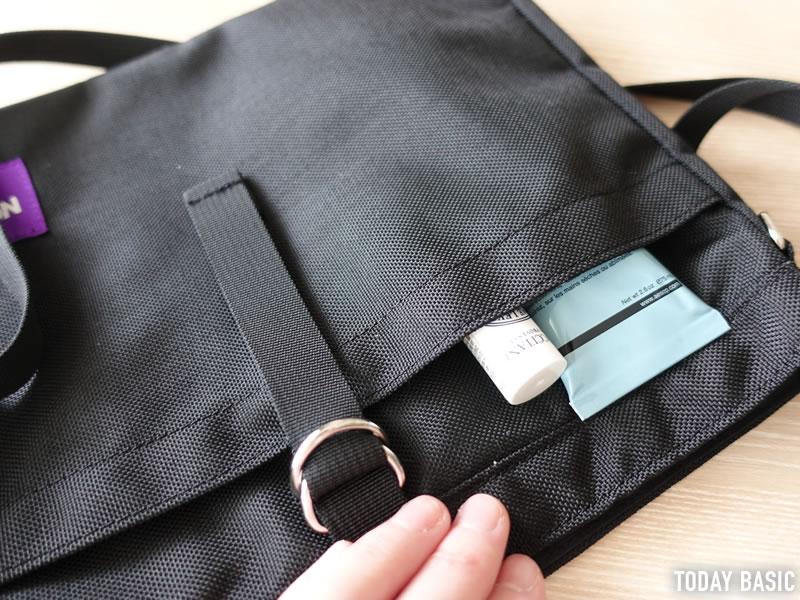 ザノースフェイスパープルレーベルのスモールショルダーバッグの前面ポケットに小物を入れる