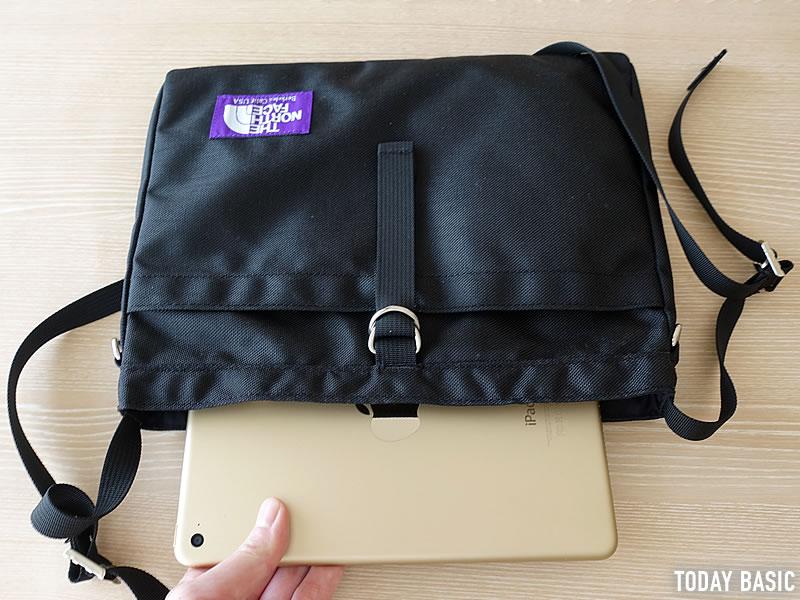 ザノースフェイスパープルレーベルのスモールショルダーバッグにタブレットを入れる画像