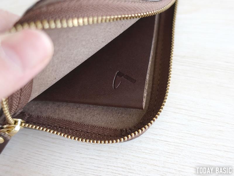 土屋鞄製造所のL字ファスナー財布にお金とカードを入れる