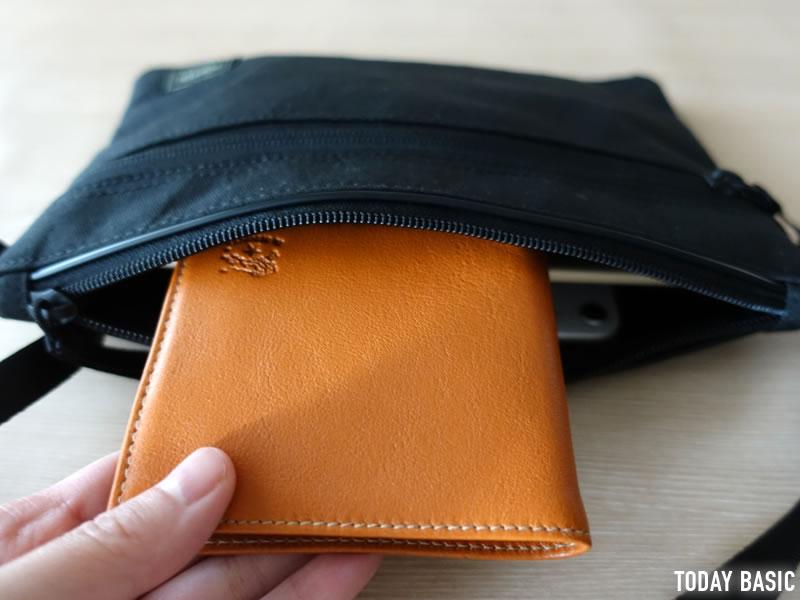 ポーターのサコッシュ・ハイブリッドに二つ折り財布を収納