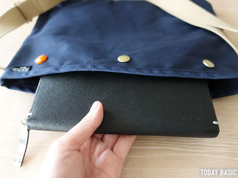 ポーターのサコッシュ・コッピに長財布を収納