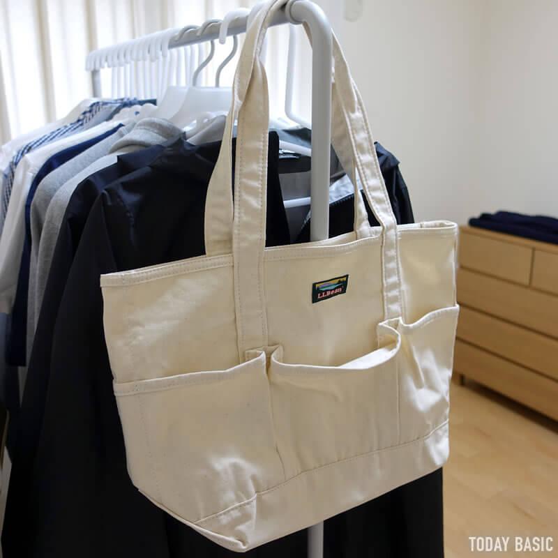 LLビーンのカタディン・キャンピング・トートバッグを洋服ラックに掛けて収納