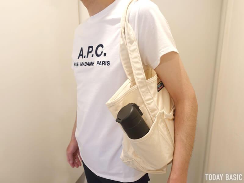 LLビーンのカタディン・キャンピング・トートバッグを肩掛けしている写真