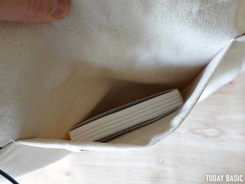 ノースフェイスのユーティリティートートバッグの外側ポケットに収納
