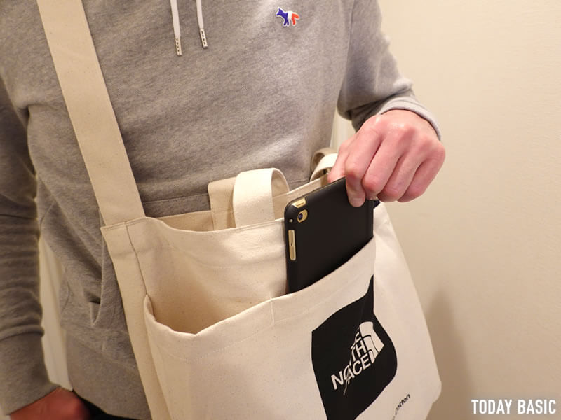 ノースフェイスのユーティリティートートバッグからタブレットを取り出す