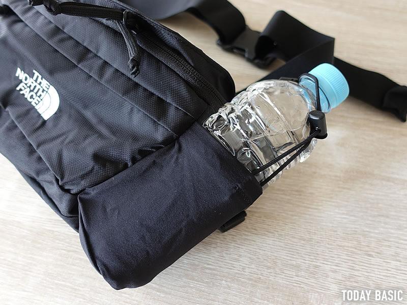 ザノースフェイスのウエストバッグ・スピナのサイドポケットにペットボトルを収納