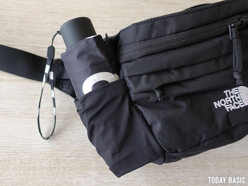 ザノースフェイスのウエストバッグ・スピナのサイドポケットに折りたたみ傘を収納