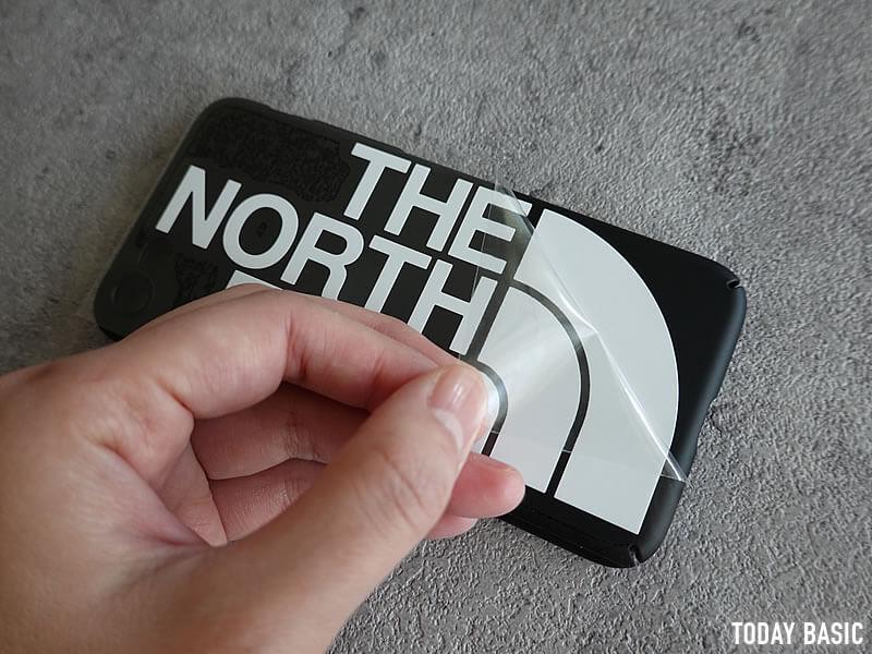 ザノースフェイスのステッカーをスマホケースに貼った画像