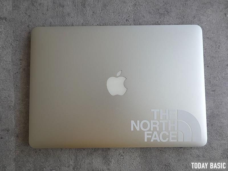 ザノースフェイスのステッカーをノートパソコンに貼った画像