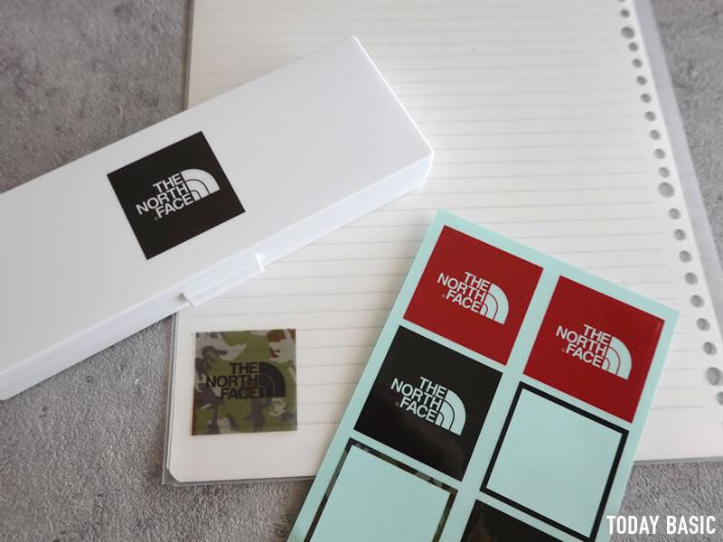 ザノースフェイスのステッカーをペンケースとクリアファイルに貼った画像