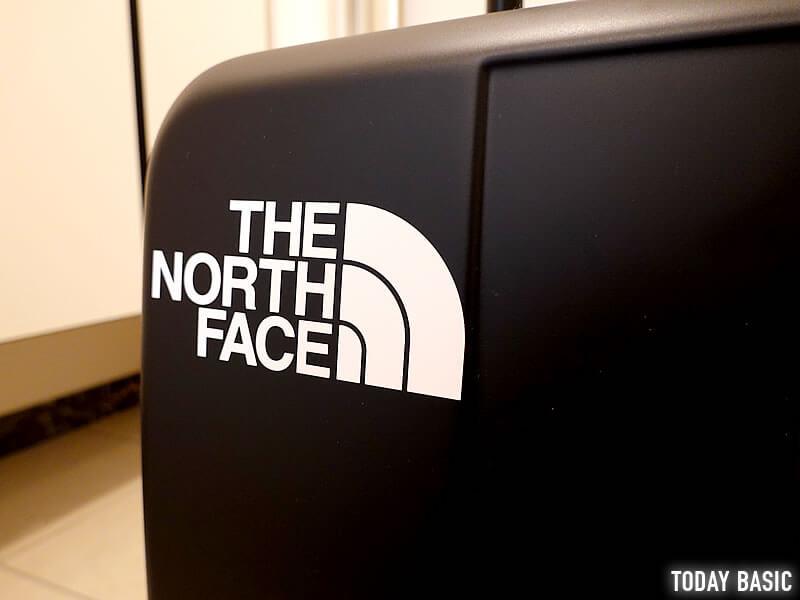 ザノースフェイスのステッカーをスーツケースに貼った画像