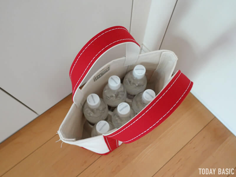 LLビーンのボートアンドトートバッグのスモールにペットボトルを収納する