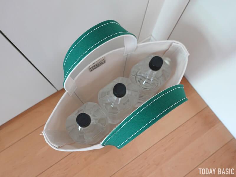 LLビーンのボートアンドトートバッグのミディアムにペットボトルを収納する