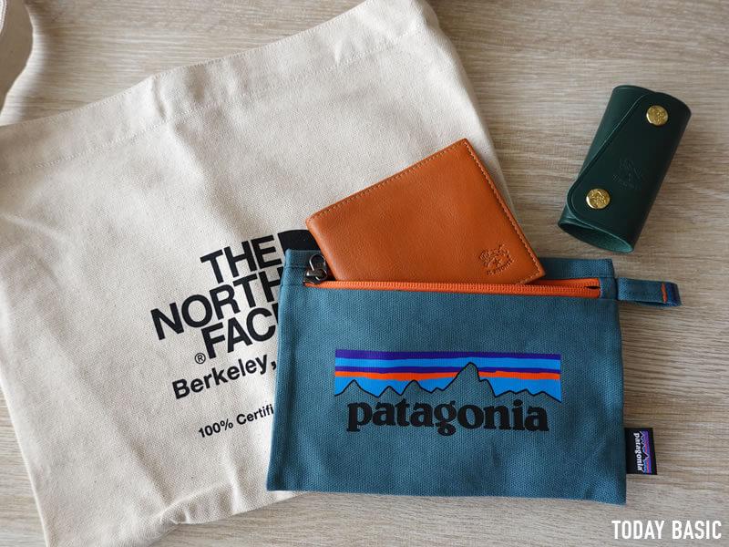 パタゴニアのジッパード・ポーチに二つ折り財布と革キーケースを収納