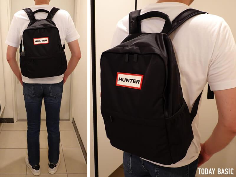 HUNTER・ハンターのパッカブル・ショルダーバッグを背負った写真